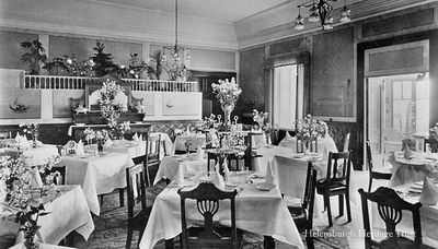 Queen's Hotel dining room